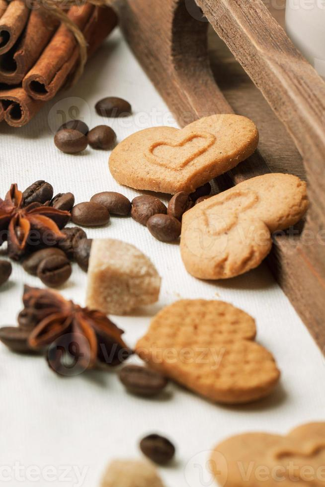 biscotti come cuori con chicchi di caffè e spezie foto
