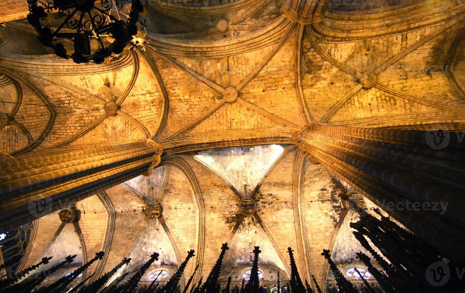 tetto. vista interna della cattedrale di barcellona foto
