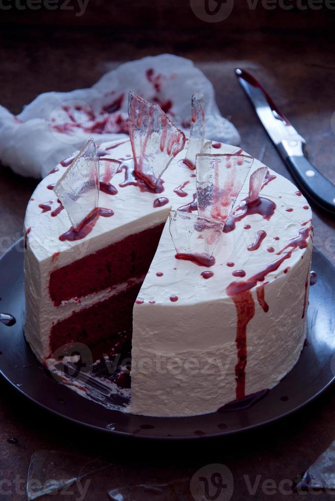 torta di velluto rosso decorata per halloween foto