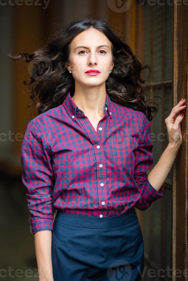 il ritratto di una giovane donna in città foto