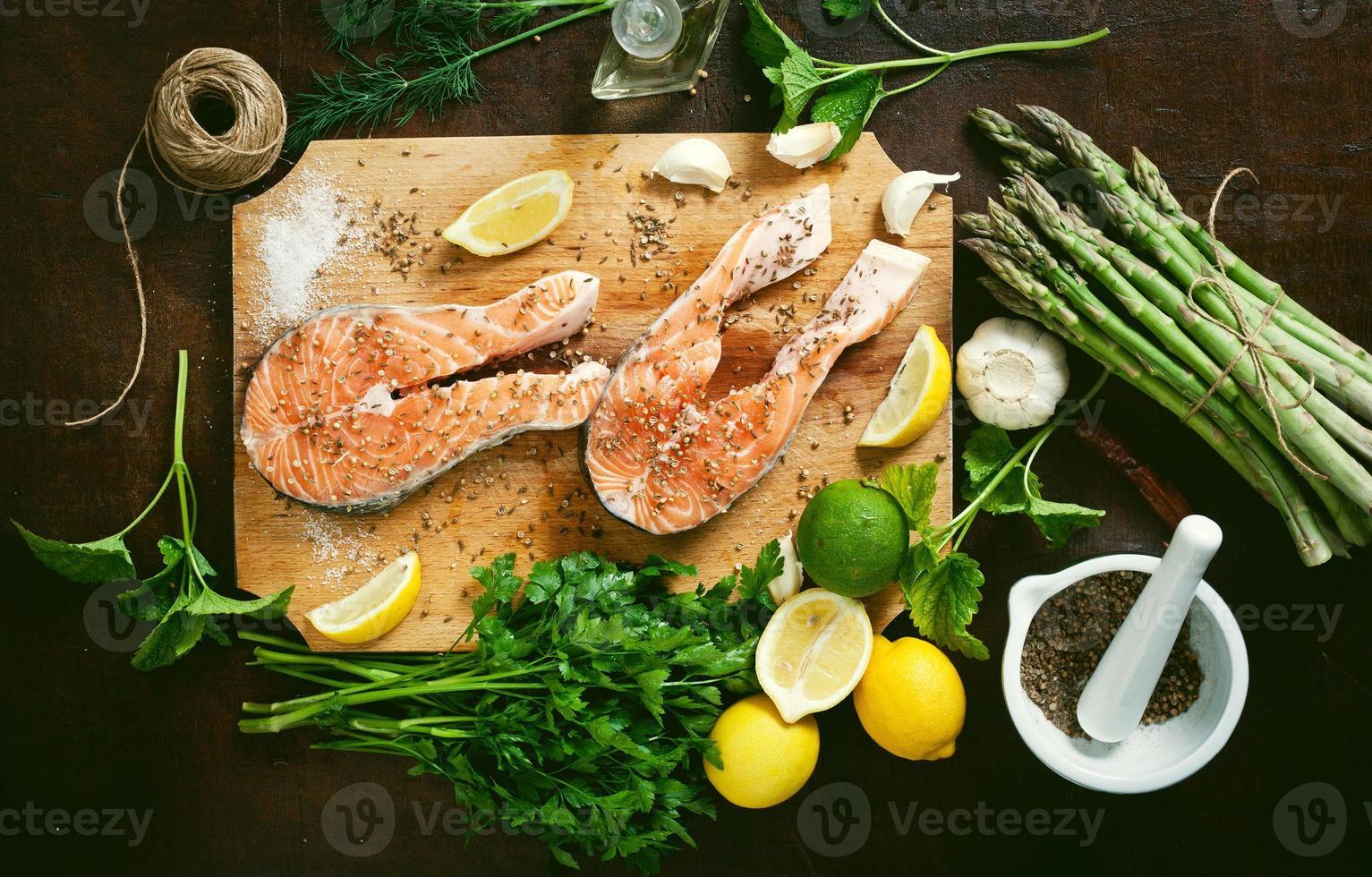 salmone e spezie sul tavolo di legno. vista dall'alto foto