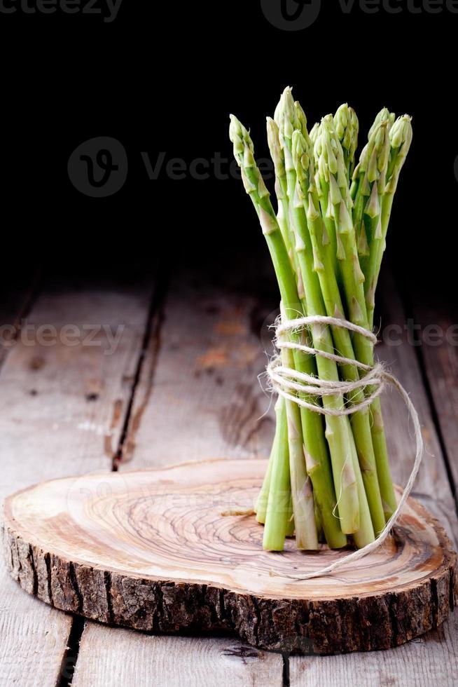 asparagi freschi su uno sfondo di legno foto