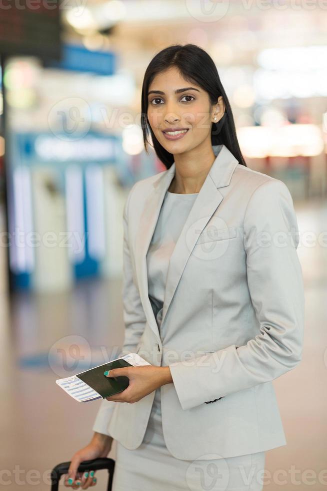 giovane donna d'affari in piedi in aeroporto foto
