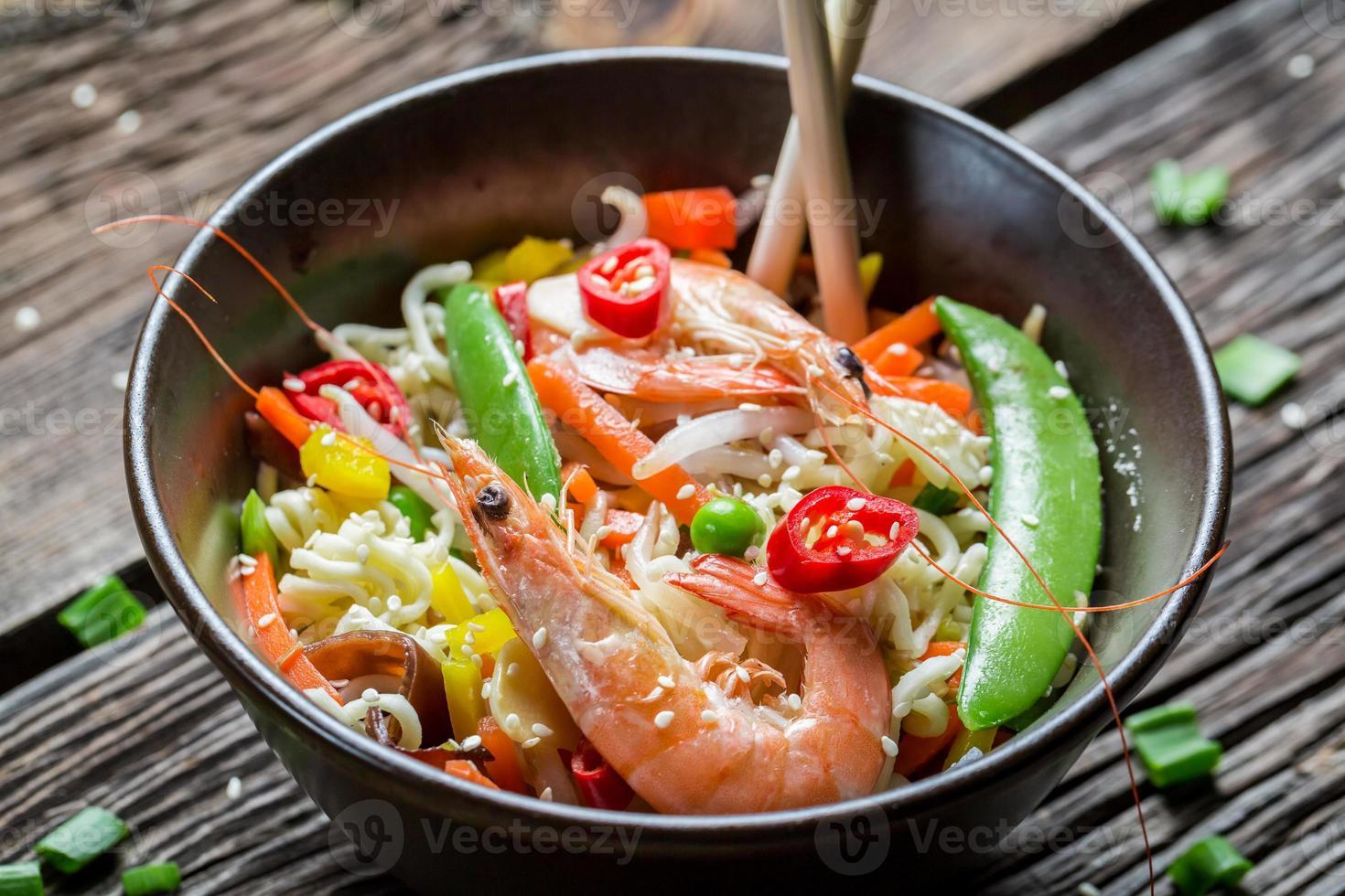gamberi con verdure e noodles foto