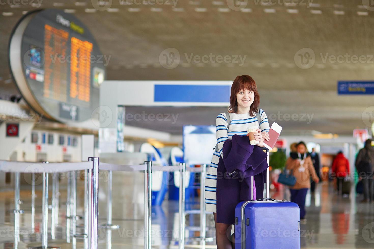passeggeri in aeroporto con caffè da asporto foto