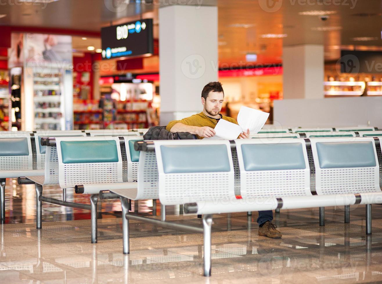 il giovane all'aeroporto sta andando in vacanza foto