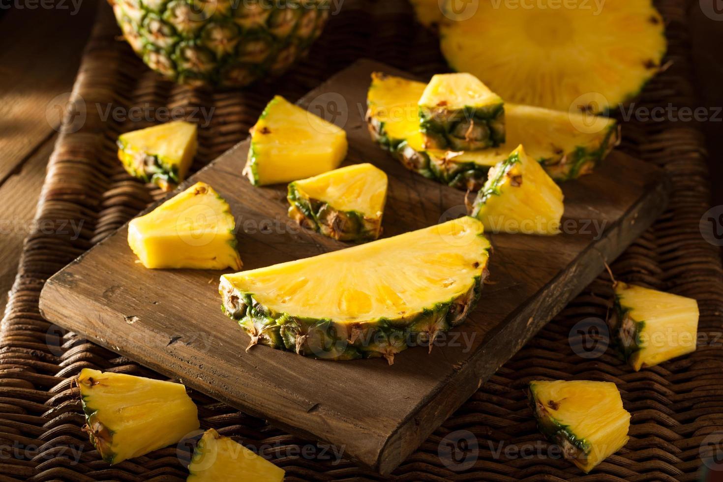 ananas giallo crudo organico foto