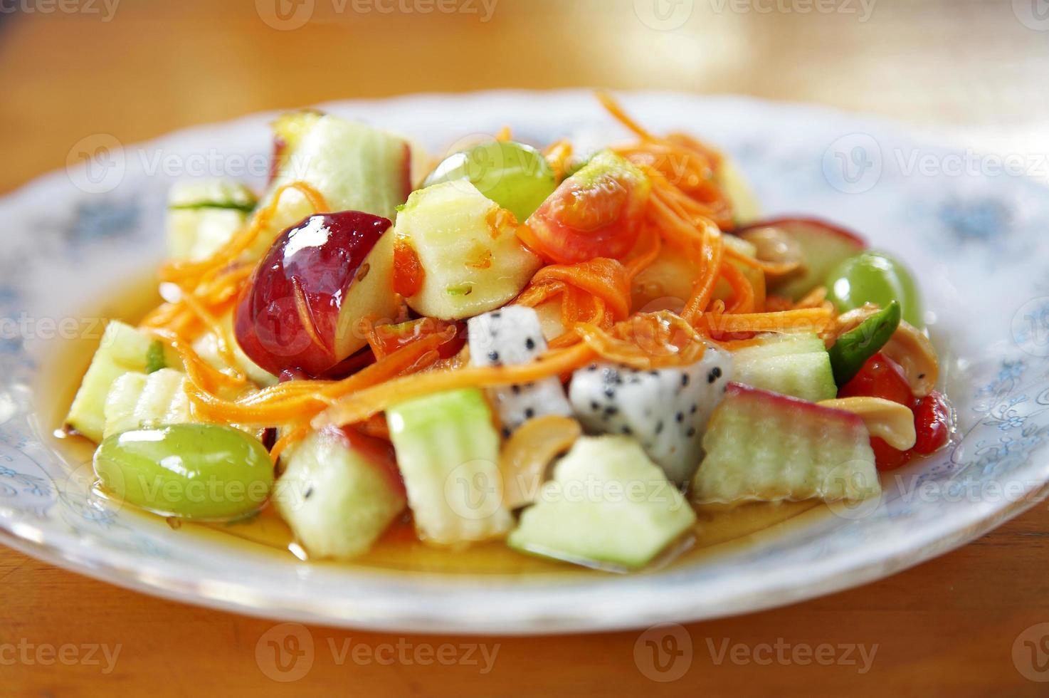 vicino insalata di frutta mista foto