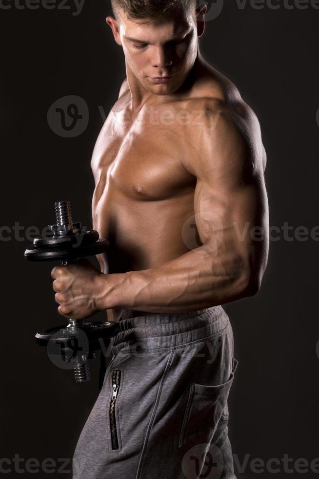 bodybuilder muscolare sollevamento pesi foto
