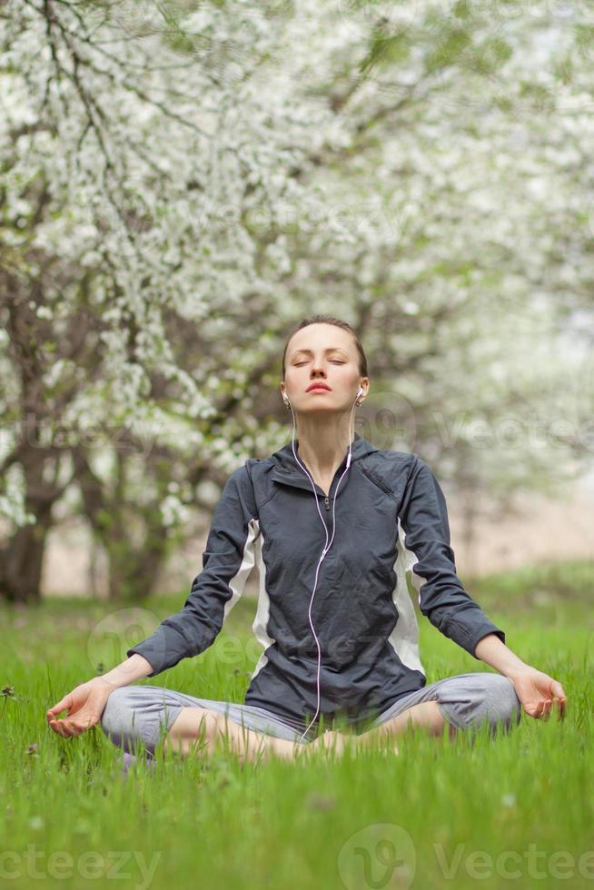 yoga. giovane donna che fa esercizio di yoga all'aperto foto