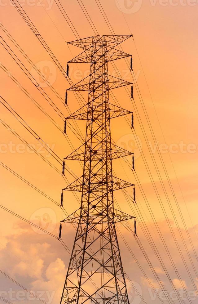 fondo della torre di elettricità della luce intensa. foto