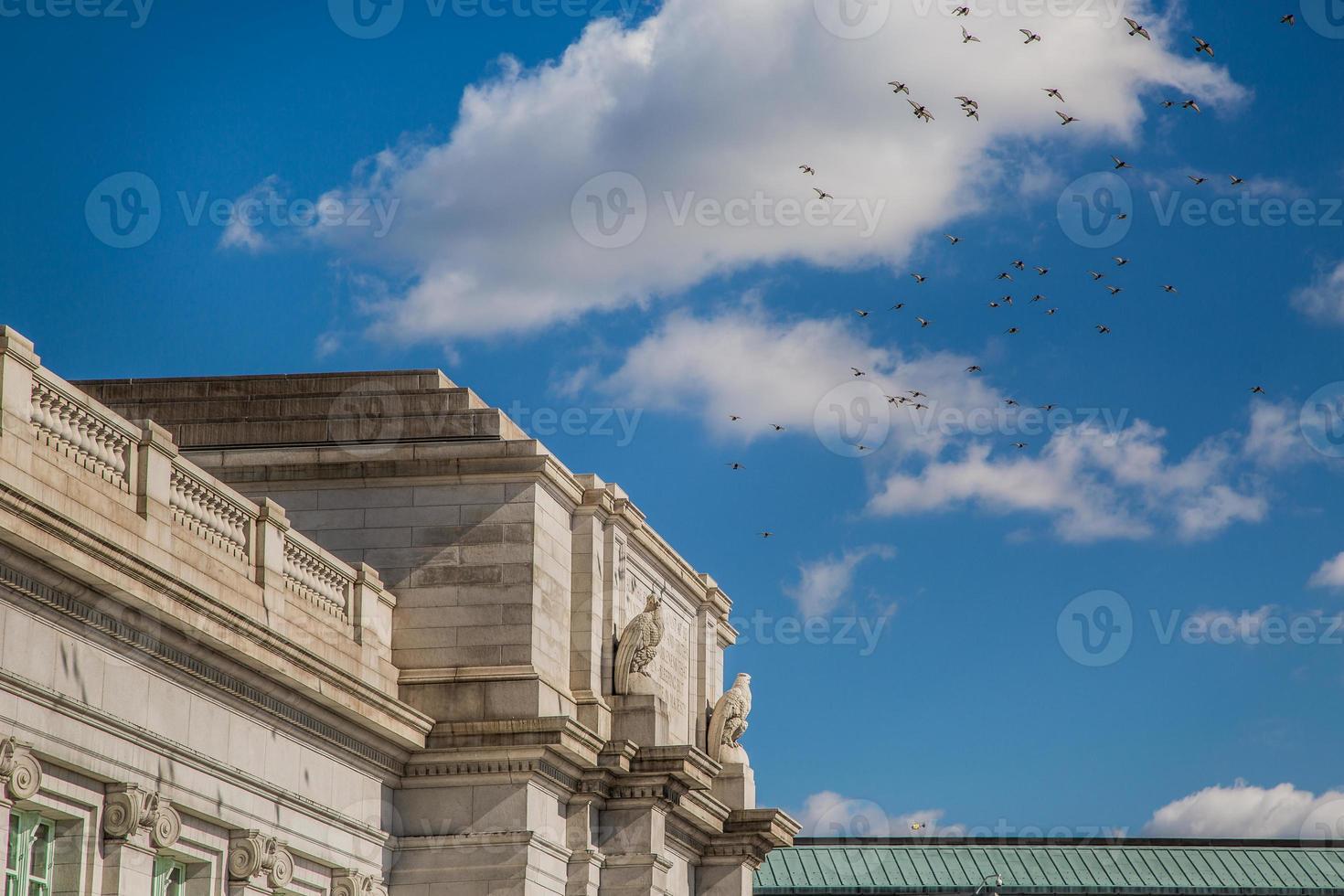 stazione del sindacato, stazione ferroviaria, pilastri, cielo blu, uccelli foto