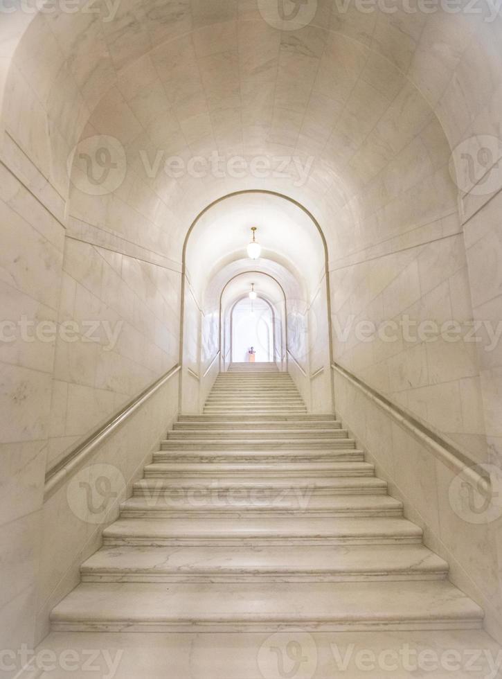 lunga scala in granito nell'edificio della corte suprema degli Stati Uniti foto