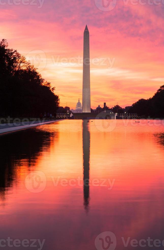 alba brillante sopra la piscina riflettente dc foto