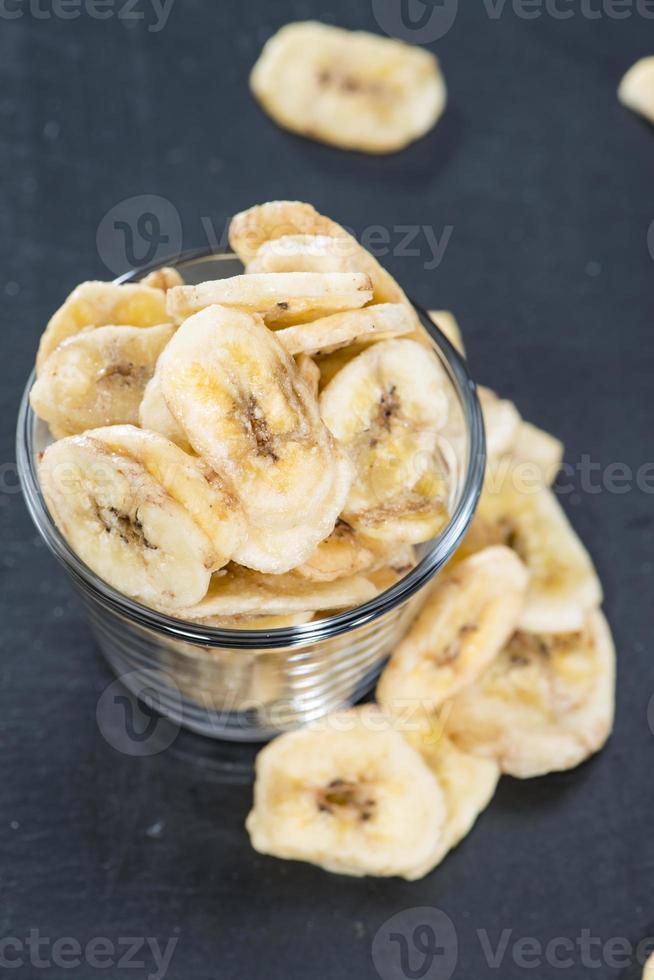 ciotola con chips di banana foto