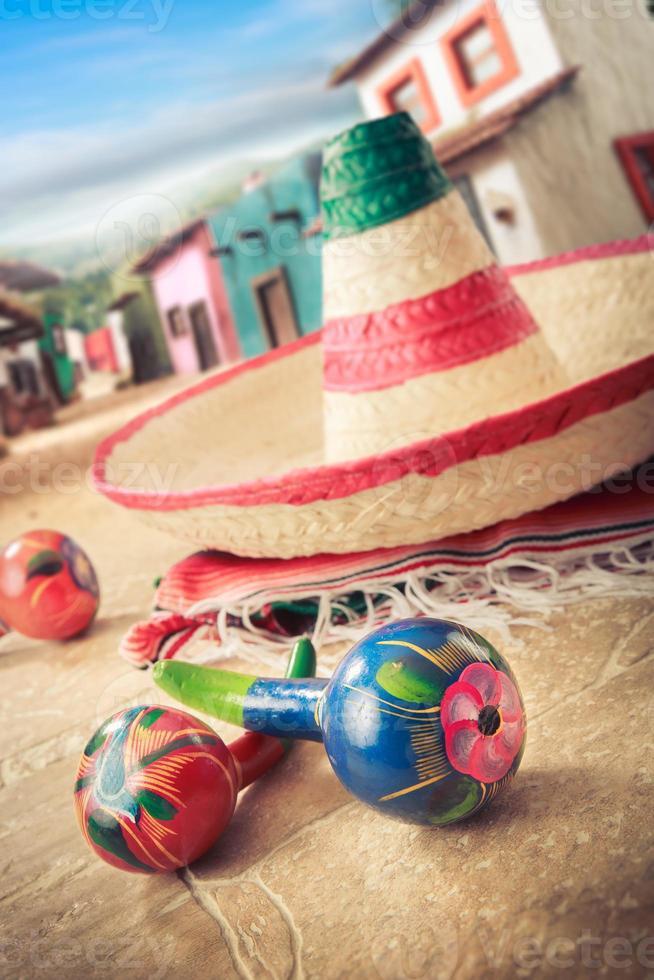 """cappello messicano, o """"sombrero"""" e sonagli su un """"serape"""" foto"""