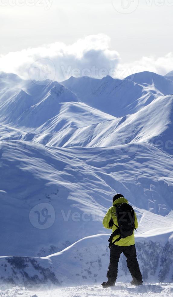 snowboarder sul pendio fuori pista foto