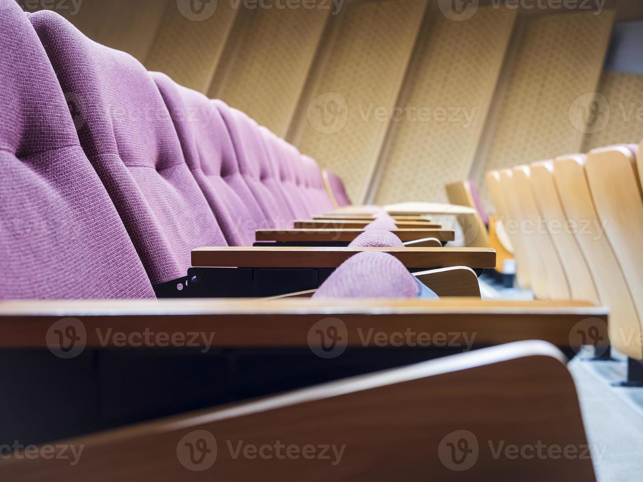 fila di sedili in aula foto