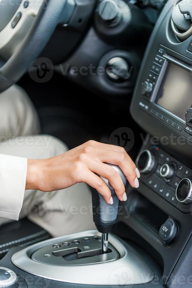guidando una macchina. foto