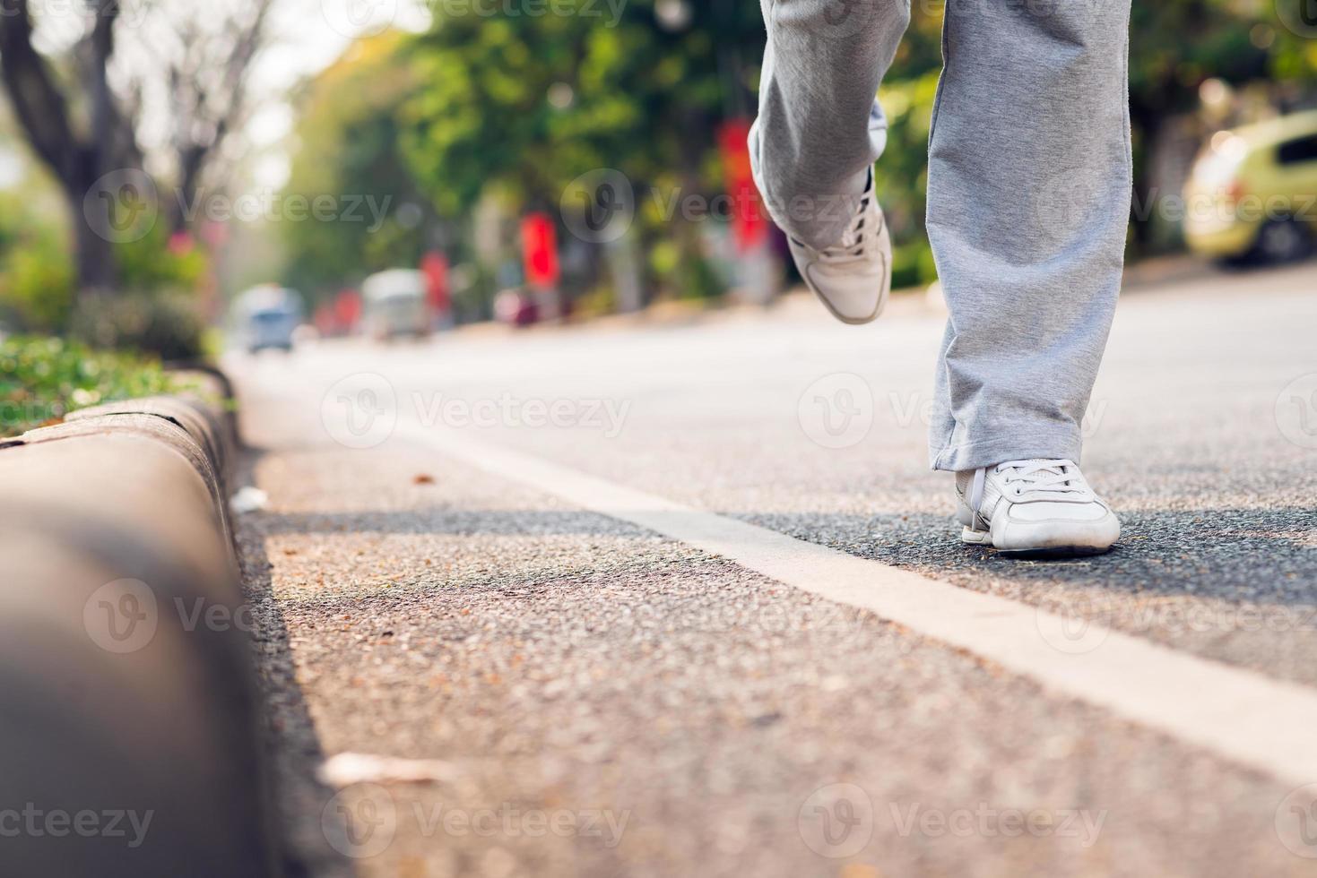 correndo lungo la strada foto