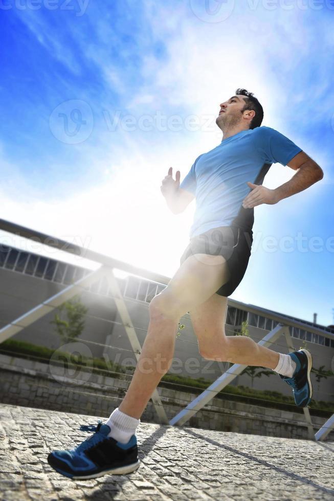 uomo che corre in allenamento sportivo fitness e concetto di stile di vita sano foto
