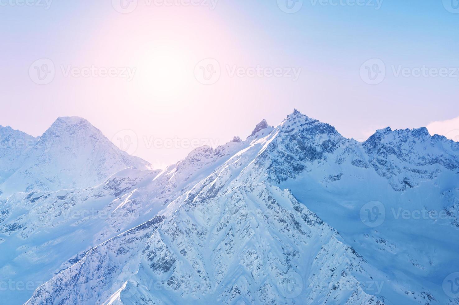 montagne innevate di inverno al tramonto foto