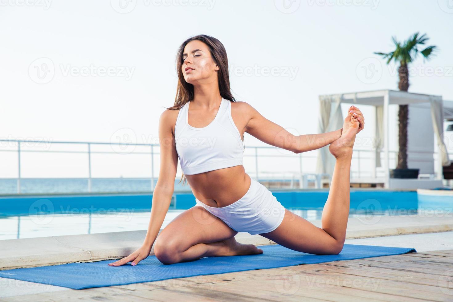 donna che fa esercizi di yoga all'aperto foto