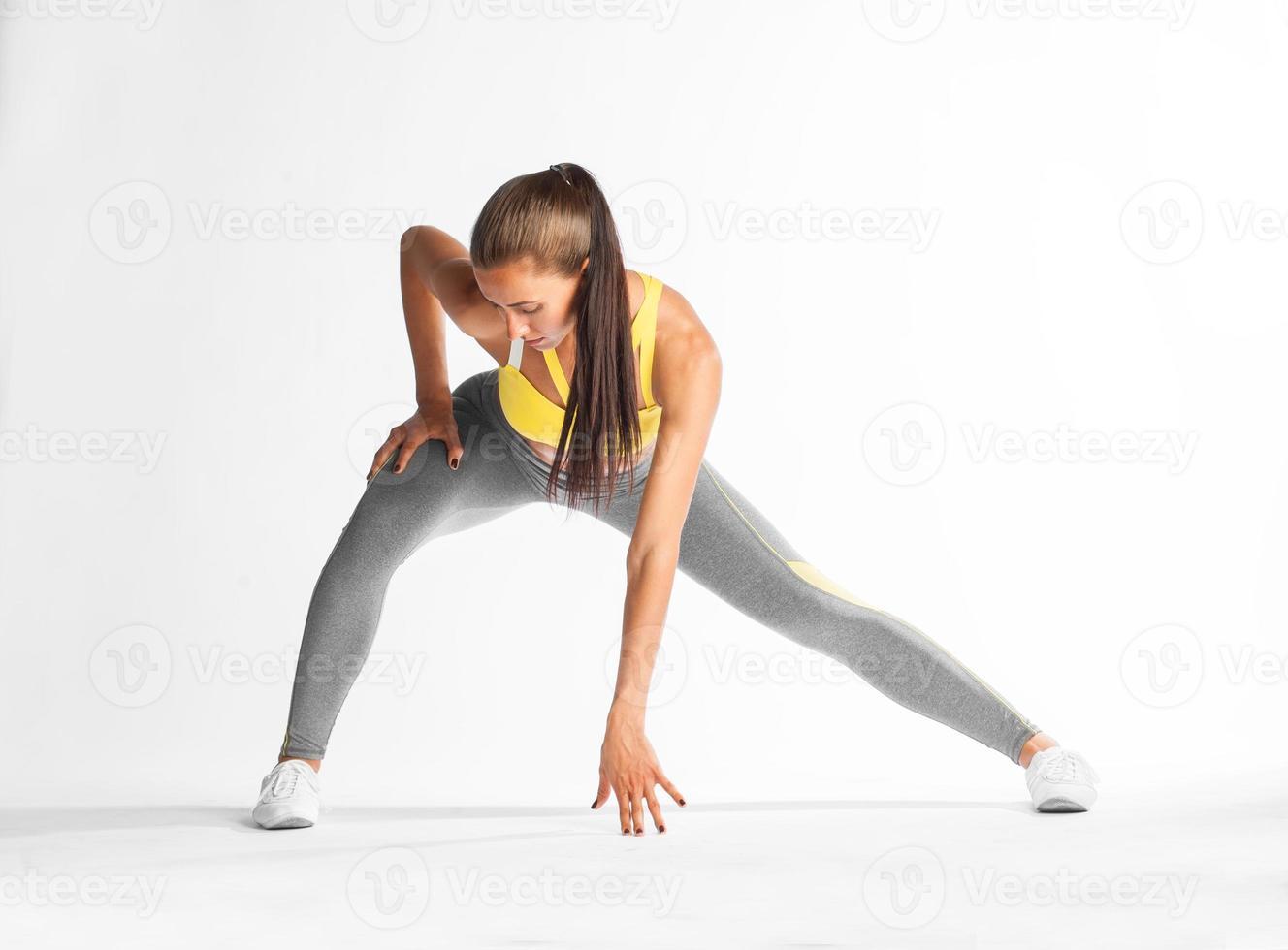 aerobica della donna di forma fisica su fondo bianco foto