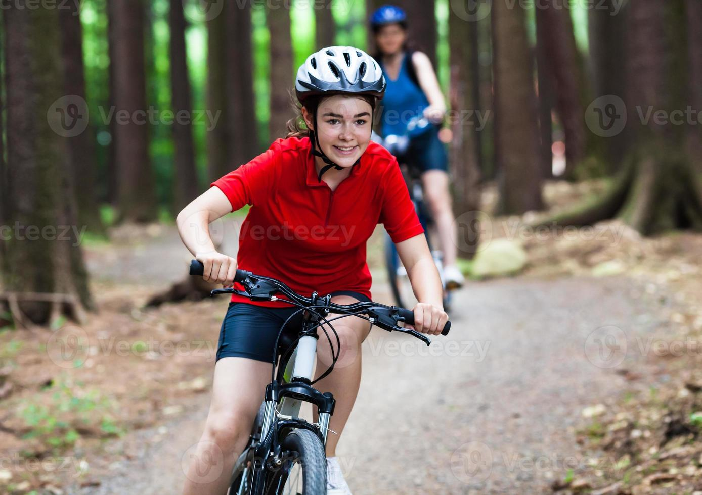 due donne in bicicletta foto
