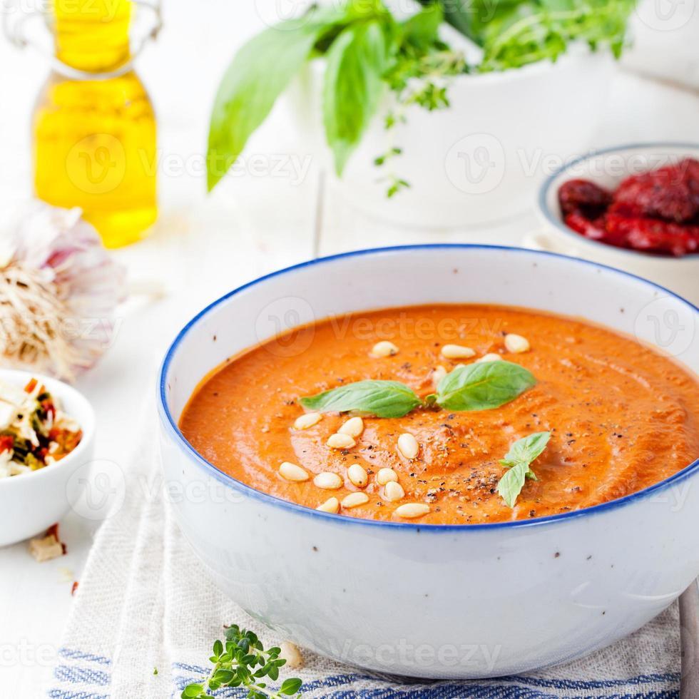 zuppa di pomodoro con pomodori secchi e olio d'oliva foto