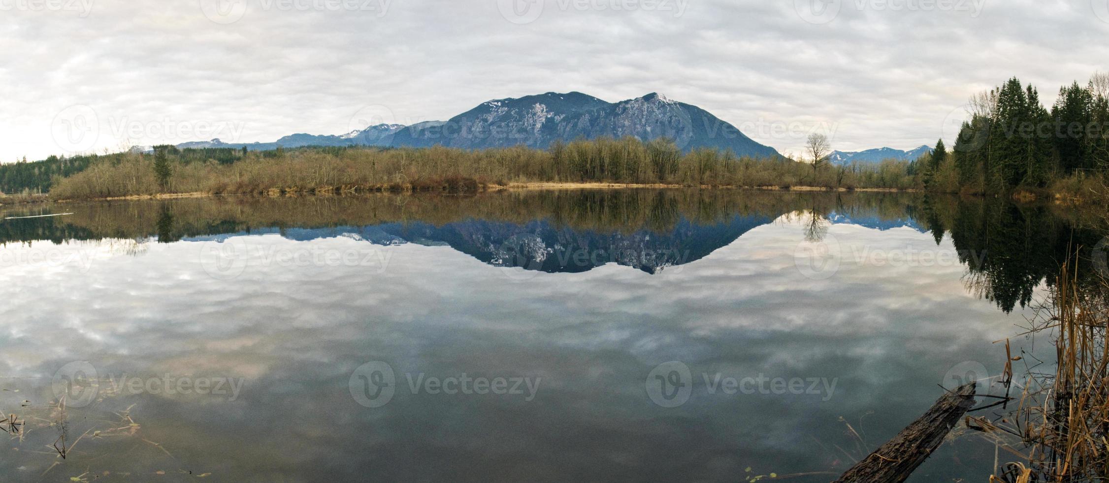fiume con cascata montagne sullo sfondo foto