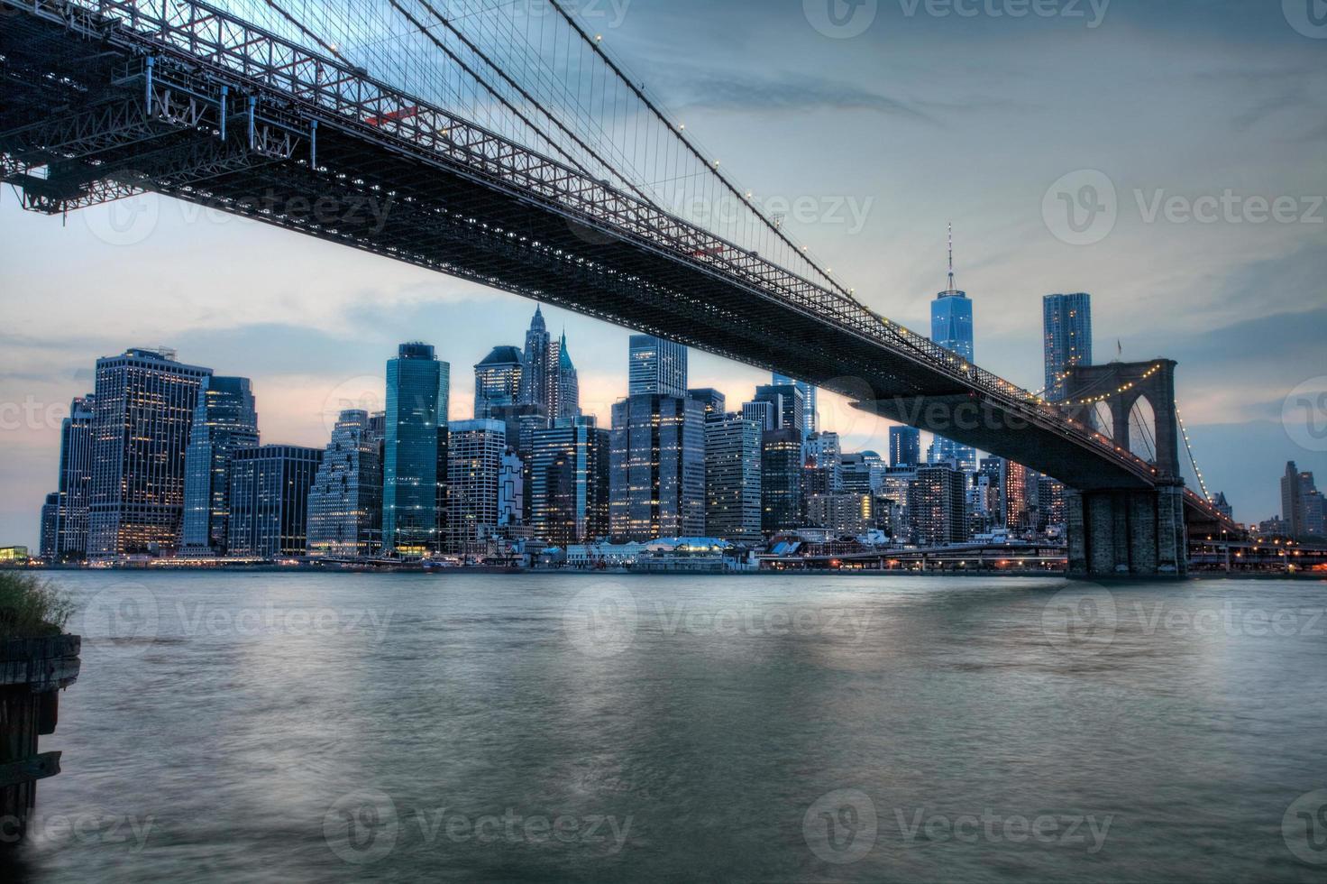 il ponte di Brooklyn con dietro Manhattan foto