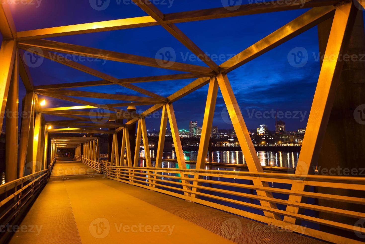 passerelle galleggianti strutture metalliche lungo il fiume willamette illuminazione notturna portland foto