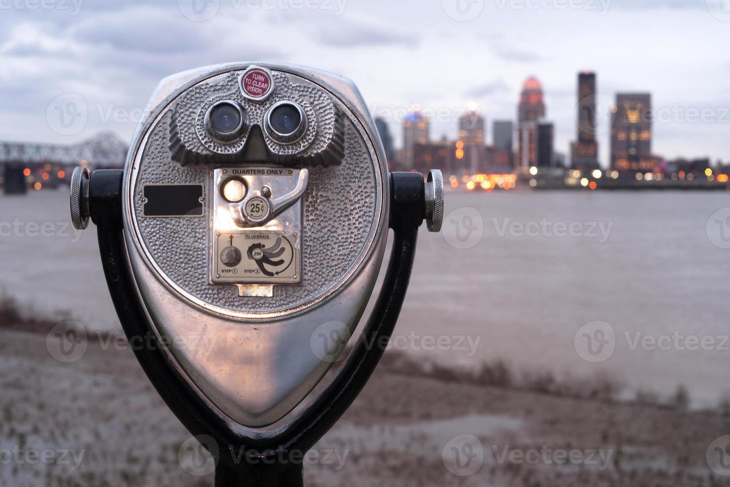 pagare per visualizzare ingrandimento pubblico vista binocolo parco lungo il fiume foto