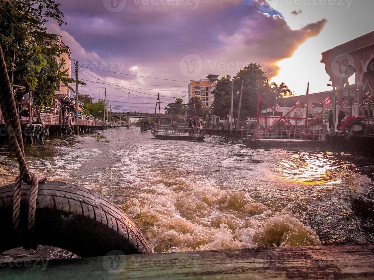 barca sul canale di Bangkok foto