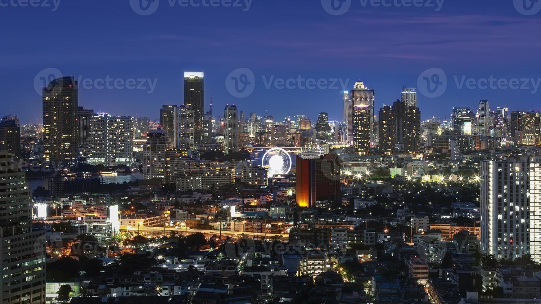paesaggio urbano di Bangkok al crepuscolo foto