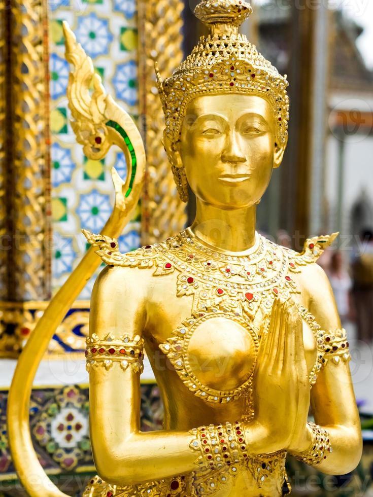 Statua di Kinari presso il Grand Palace di Bangkok, in Thailandia foto