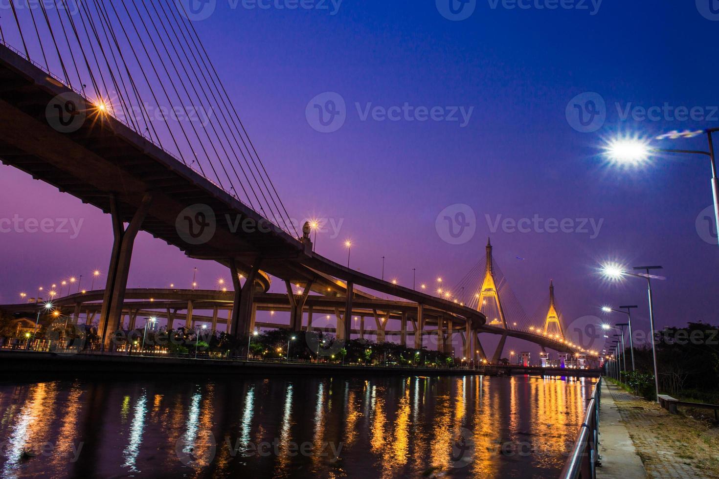 ponte di notte a Bangkok, in Thailandia. foto