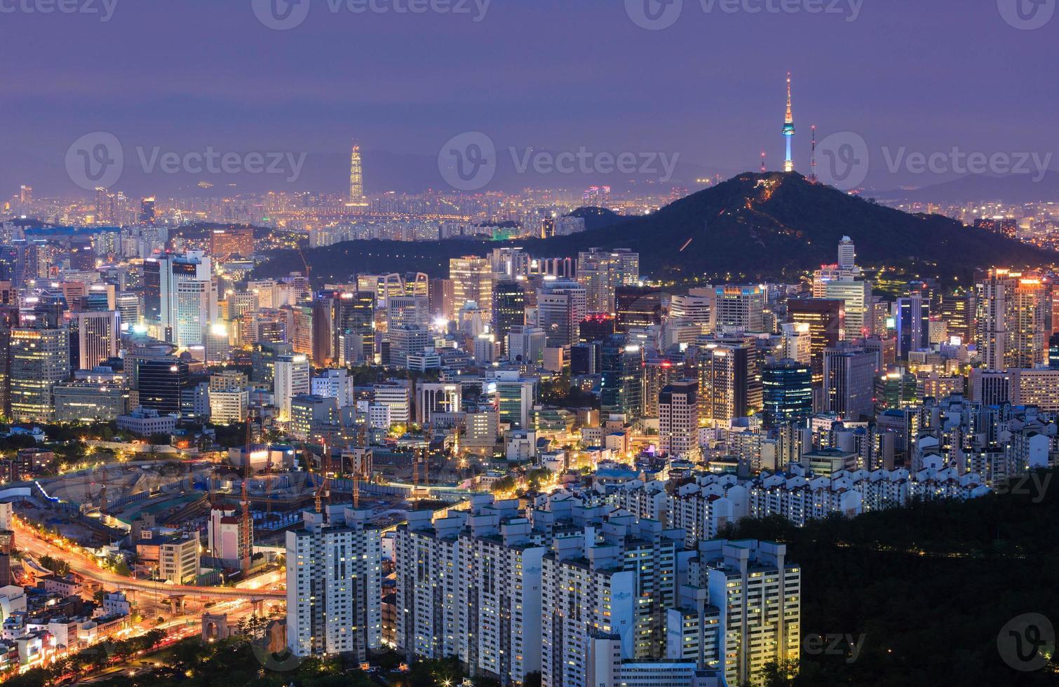 skyline della città di Seoul e torre di Seoul foto