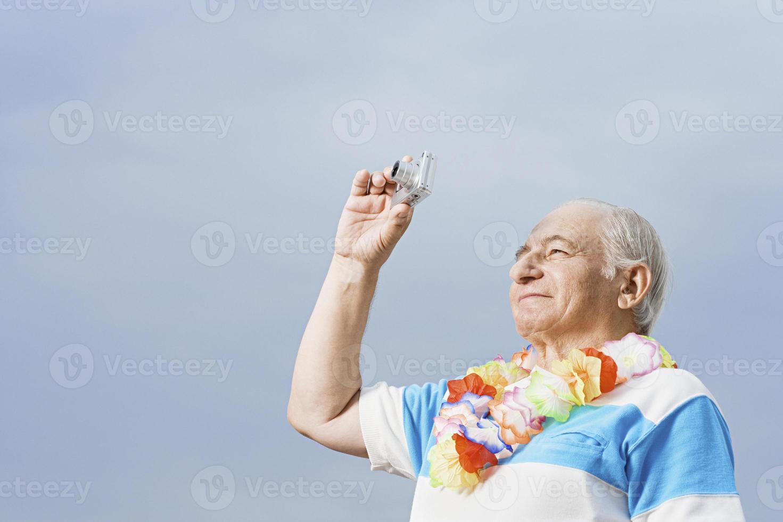 uomo senior che prende una fotografia foto