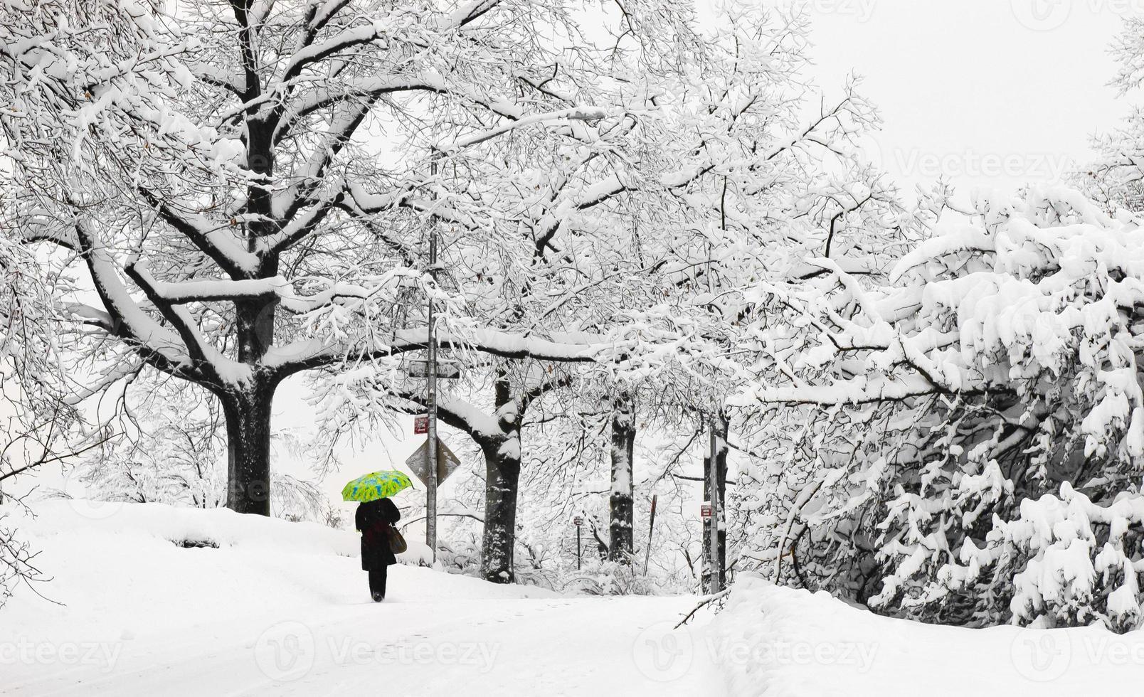 camminatore solitario su Margaret Corbin Drive foto