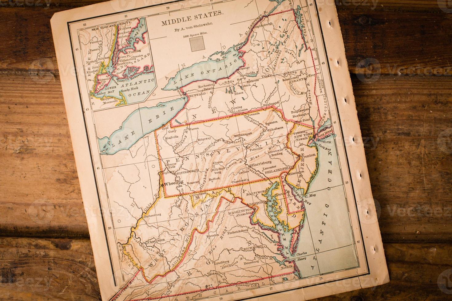 vecchia mappa degli stati medi, seduto ad angolo sul tronco di legno foto
