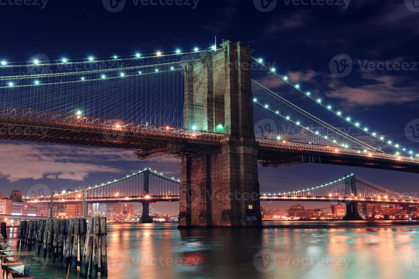 scena notturna del ponte urbano foto