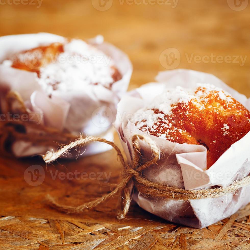 muffin freschi fatti in casa sul tavolo di legno foto