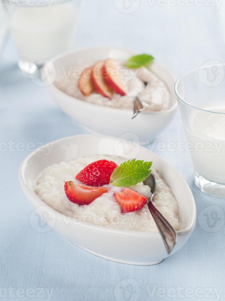 porridge con frutta e berr foto