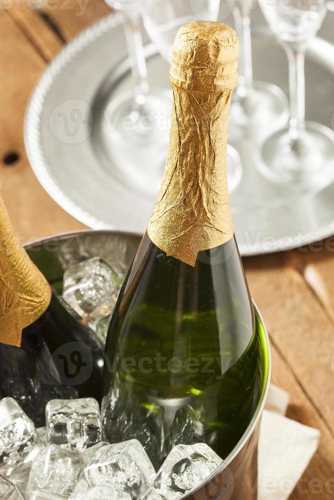 spumeggiante champagne in un bicchiere foto