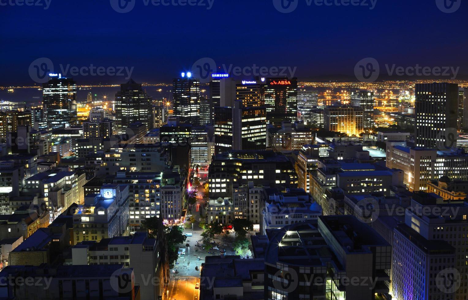 vista notturna del quartiere centrale degli affari di cape town foto