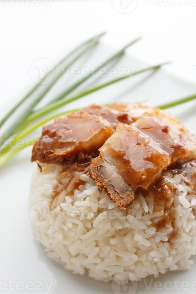 maiale croccante con riso isolato su sfondo bianco foto