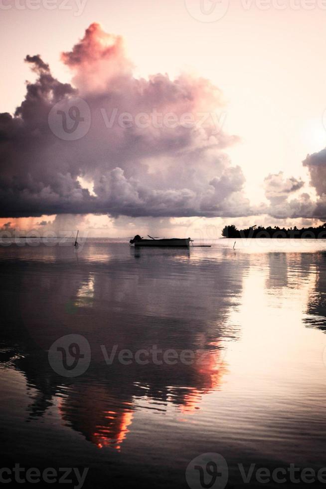 nuvola rosa tramonto sopra maupiti foto