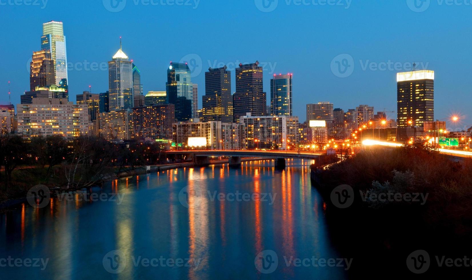 skyline di philadelphia di notte foto